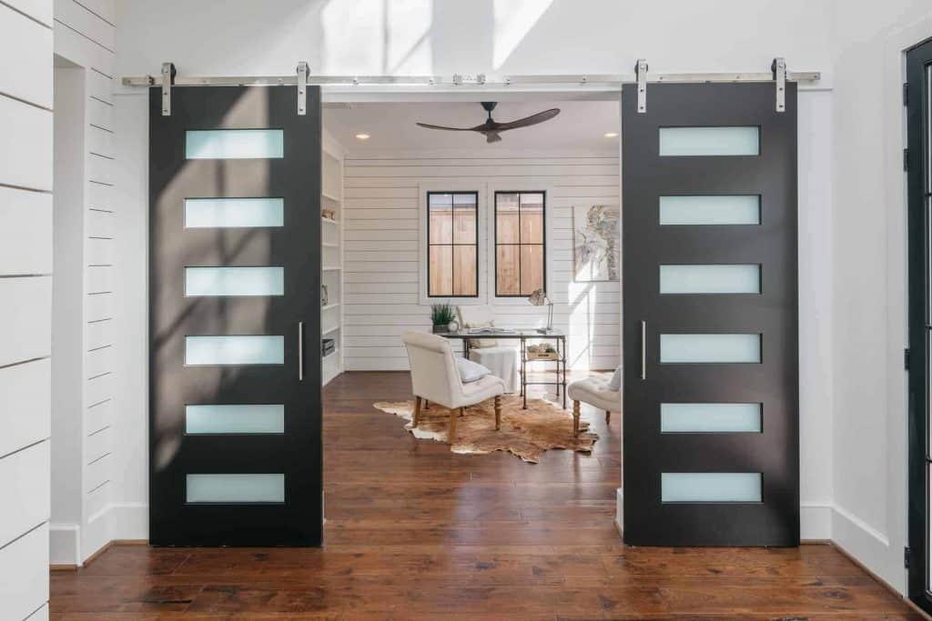 farmhouse-sitting-room-barn-doors